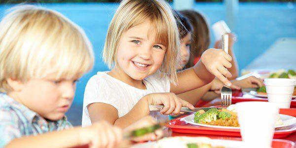 Es importante que el niño celiaco coma junto a sus compañeros en el comedor