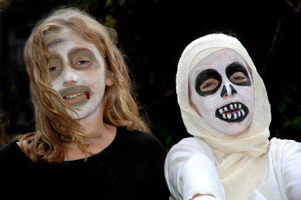 Niños disfrazados de momia y vampiro para celebrar Halloween