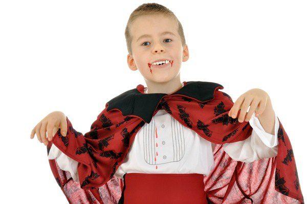 Niño disfrazado de vampiro