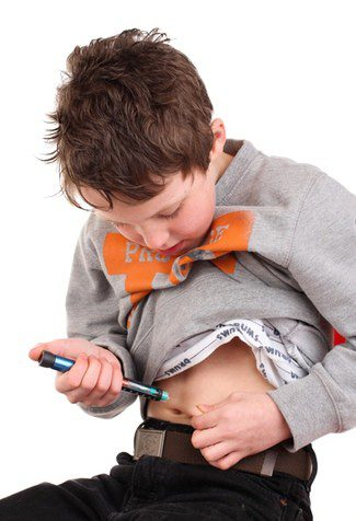Escolar pinchándose insulina