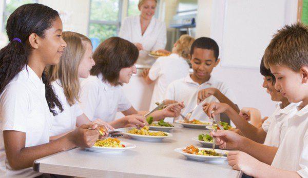 Grupo de escolares empezando a comer