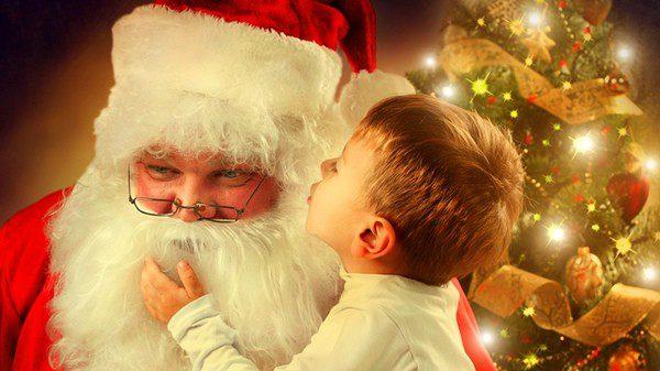 Pequeño contándole a Papá Noel cómo se ha portado este año