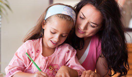 Madre e hija realizando manualidades