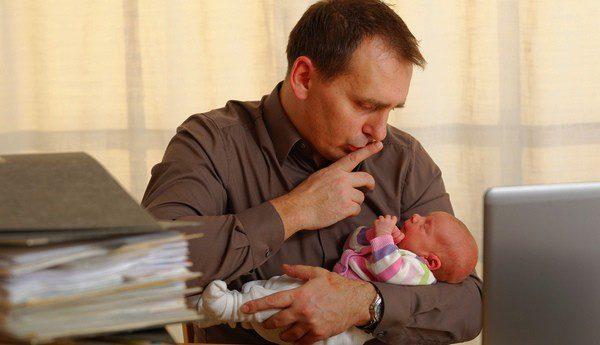 La baja por paternidad también conlleva ciertos trámites