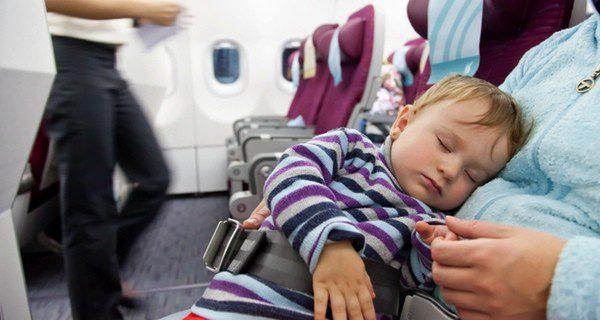 Debemos ir adaptando a los niños a los cambios horarios para que no sufran tanto los efectos del jet lag