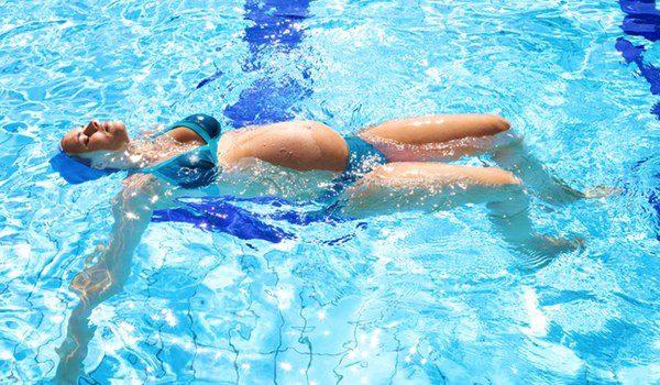 Nadar boca arriba aliviará tu espalda