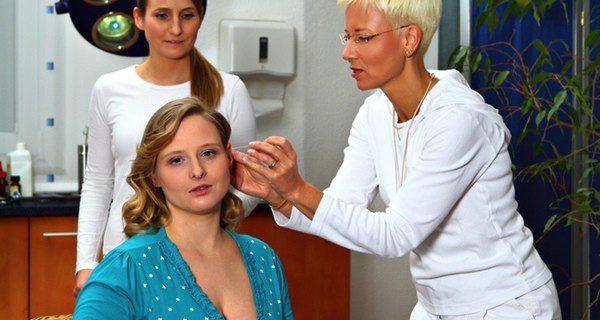 Mujer embarazada sometiéndose a una sesión de acupuntura