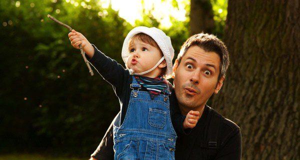 Padre e hijo disfrutando de un día juntos
