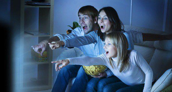 Si no queréis salir de casa, una tarde de cine en casa es una buena idea