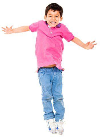 Niño hiperactivo saltando