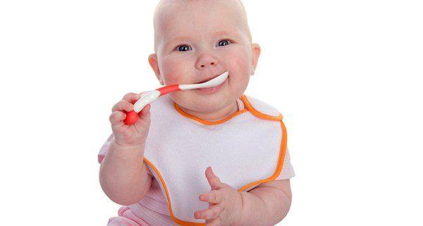 Bebé con una cuchara