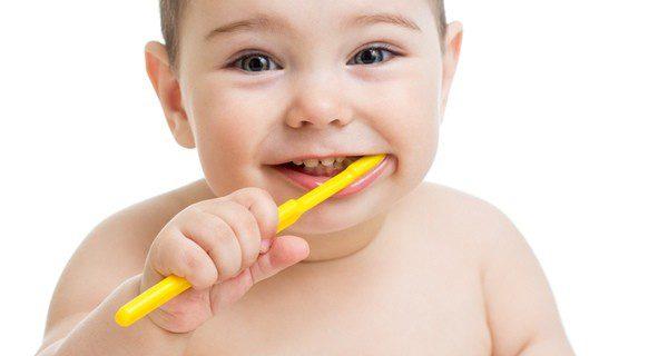 ¿Cuándo tiene que comenzar el pequeño a lavarse los dientes?