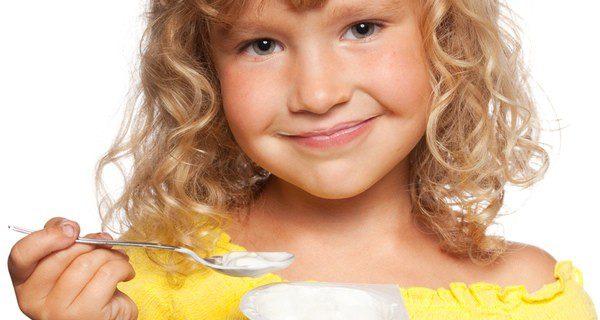 Un yogur es una buena opción para la merienda