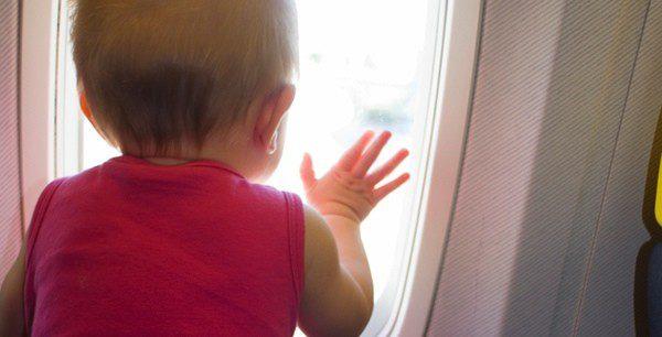 Coloca una sillita especial para que tu bebé viaje adecuadamente