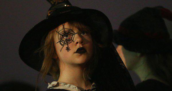 Paso a paso disfraz de bruja para halloween bekia padres - Como pintar la cara de nina de bruja ...