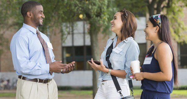 Visita las instalaciones del campus y pregunta a antiguos o actuales alumnos de la facultad