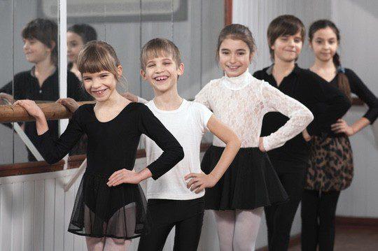 El ballet estimula el trabajo en equipo, facilita la sociabilización y mejora su autoestima