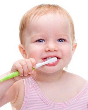 Bebé cepillándose los dientes