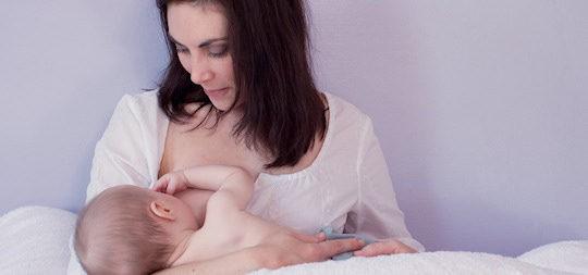 La lactancia materna, un momento íntimo entre una madre y un hijo