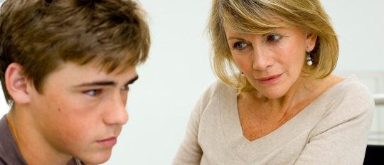 Madre dialoga con su hijo adolescente