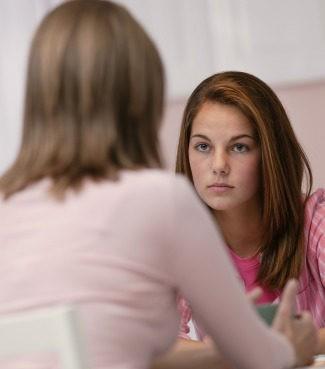 Madre dialoga con su hija adolescente
