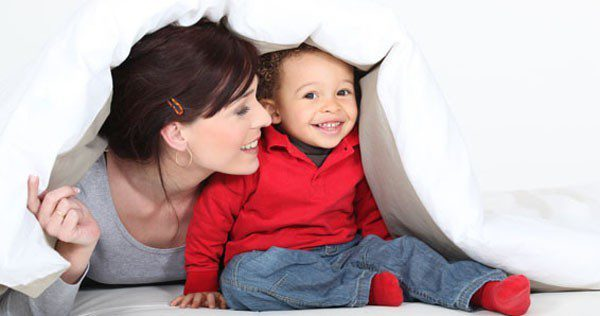 Madre e hijo en la cama