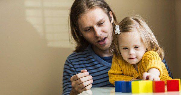Padre jugando con su hijo con Síndrome de Down