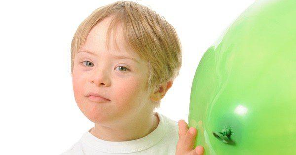 Niño con Síndrome de Down con un globo