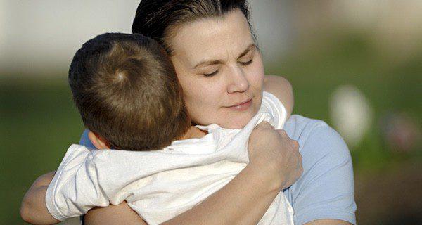 Hay que tranquilizar al niño, confuso y asustado, después de la crisis
