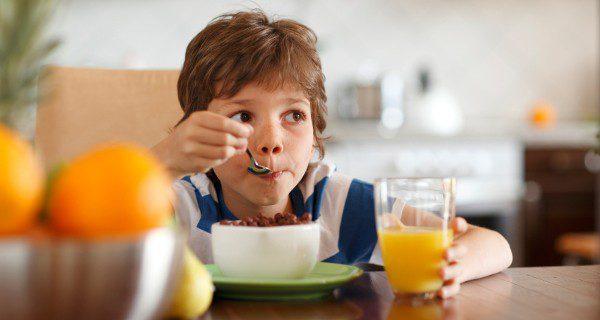 Darle cierta autonomía para escoger o preparar el desayuno puede ayudar a que le apetezca más