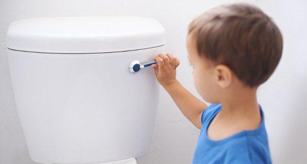 Es importante mantener unos horarios fijos para acostumbrar a nuestro hijo a orinar sin pañal