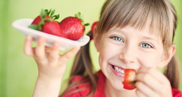 La fruta es una excelente merienda para los niños