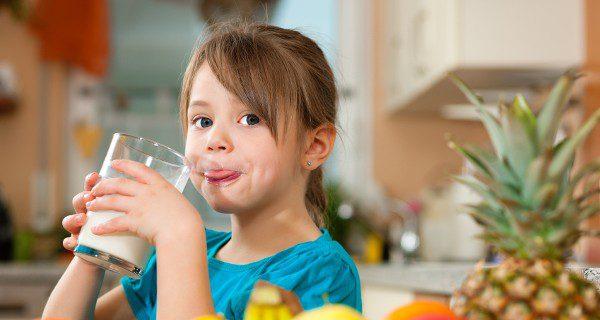 Los niños necesitan beber leche, pero esta no es la única fuente de calcio que deben tomar