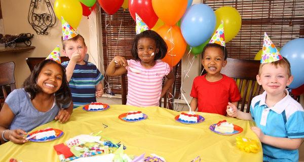 Una fiesta de cumpleaños no tiene que ser muy grande si nos aseguramos de que los niños se divierten