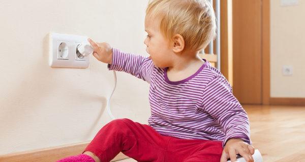 En caso de electrocución no debemos tocar al niño con las manos desnudas
