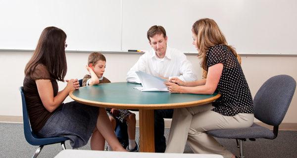 Hablar con el profesor es una excelente manera de implicarnos en la vida académica de nuestros hijos