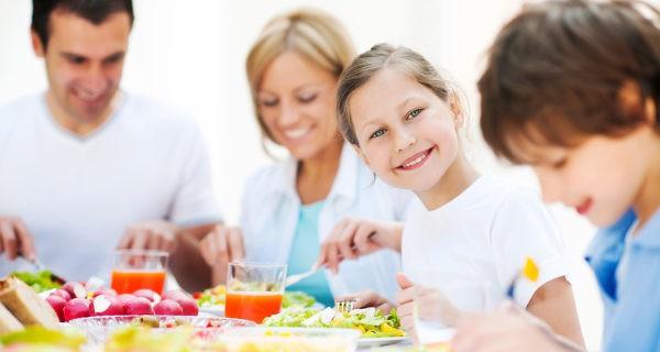 Comer en familia y convertirlo en un momento agradable ayudará a que nuestros hijos coman mejor