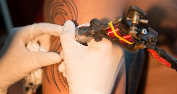 Debemos de informar a nuestro hijo de los riesgos que conlleva hacerse un tatuaje