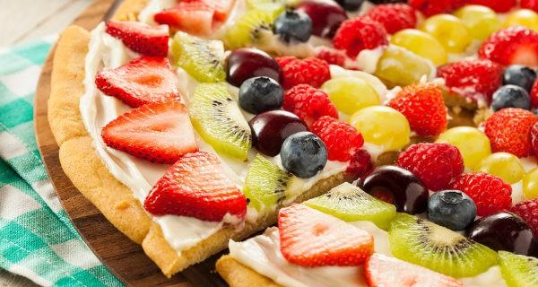 La pizza de fruta tiene una pinta muy buena y podemos utilizar los ingredientes que más nos gusten