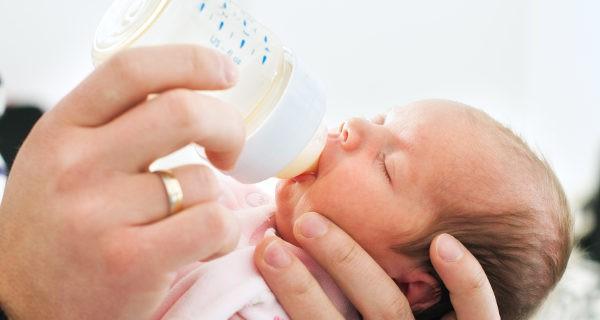 El biberón aporta comodidad y la posibilidad de que el padre alimente al bebé