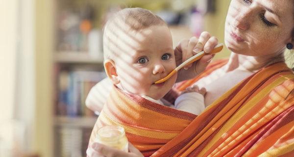 El fular portabebés permite al niño sentirse más seguro al estar en contacto con la madre