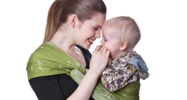 Al contrario de lo que parece, el fular portabebés evita que los niños pasen calor