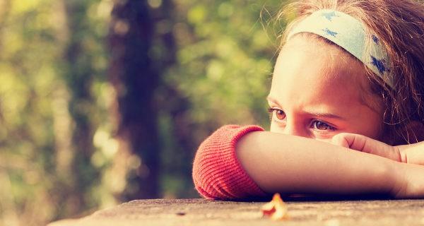 A los adultos les puede costar entender cómo un niño puede desarrollar depresión