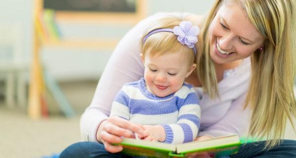 Los cuentos adaptados a su edad les estimulan mucho y los padres pueden leérselos