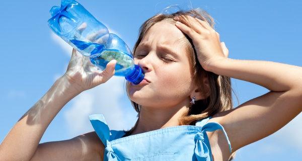 La hidratación constante es la clave para superar el calor en niños