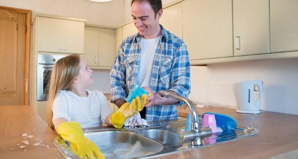 Podemos enseñarles que las tareas de casa son de todos, no de la mujer