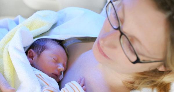 La presión que siente el bebé al nacer le ayuda a expulsar el líquido de los pulmones