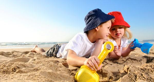 Cavar pozos para encontrar agua es uno de los clásicos juegos de la playa
