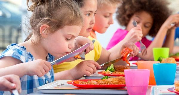 Niños en el comedor del colegio