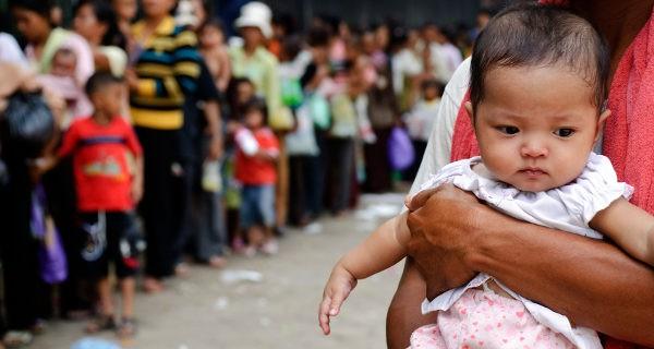 Bebé esperando por una vacuna